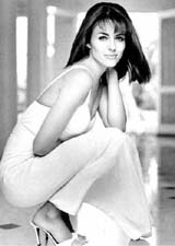 Liz Hurley  on ankles (55 kbytes) - Click to enlarge